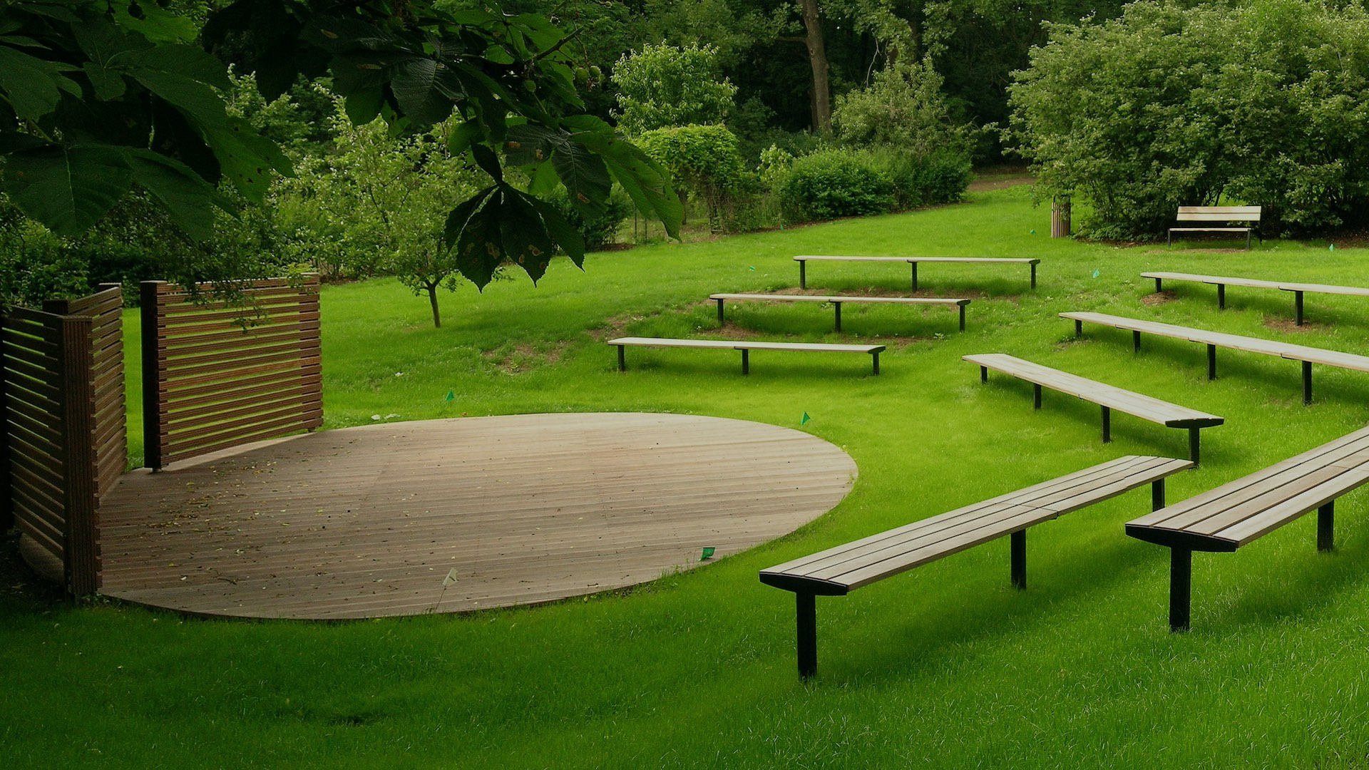 Pódium v zahradě ZUŠ Masarykova